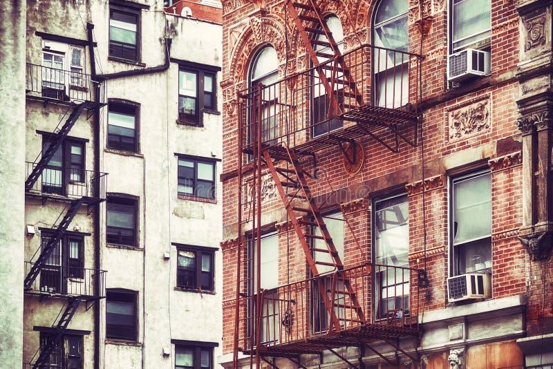 Gamla byggnader med brandflykter, NYC royaltyfri fotografi