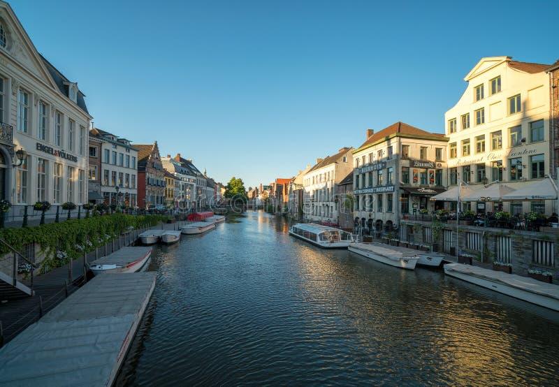 Gamla byggnader med kanalen i Ghent, Belgien arkivbild