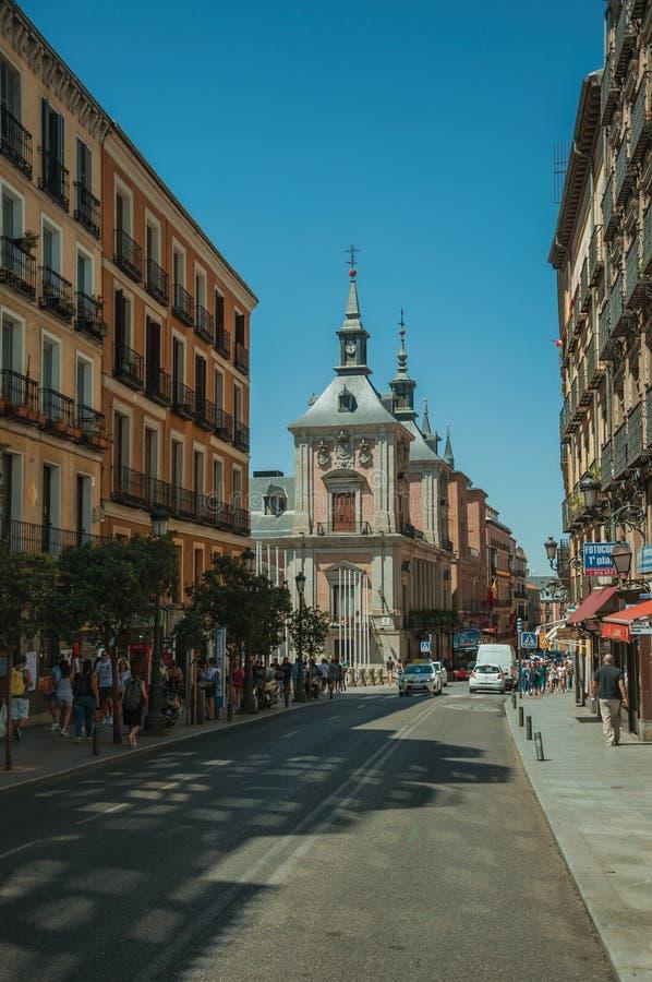 Gamla byggnader med shoppar och folk på en upptagen gata i Madrid royaltyfri foto