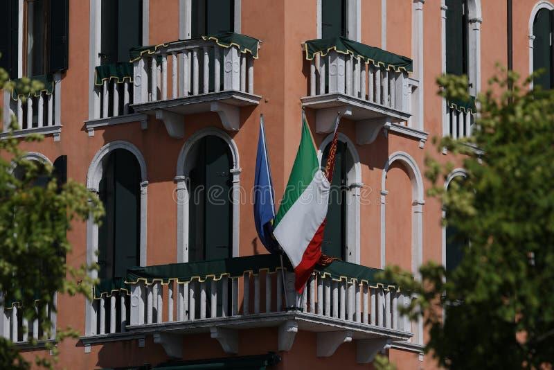 Gamla byggnader och kanaler i Venedig, Italien, balkongdetaljer royaltyfri bild