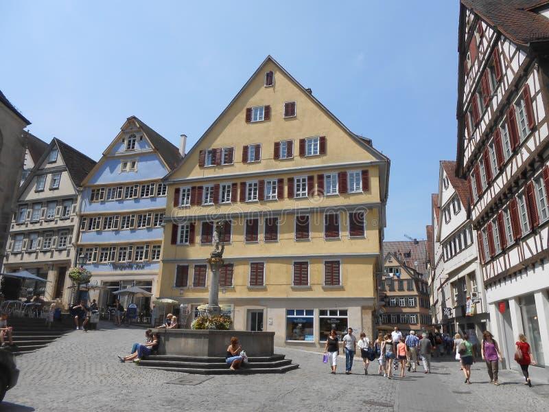 Gamla byggnader på en fyrkant i den Tuebingen mitten, Tyskland royaltyfria foton