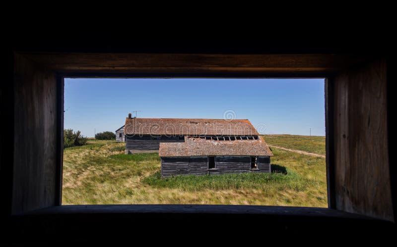 Gamla byggnader som inramas i tappningfönster arkivfoto