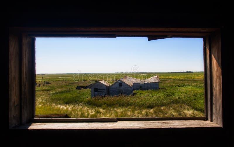 Gamla byggnader som inramas i tappningfönster arkivbild