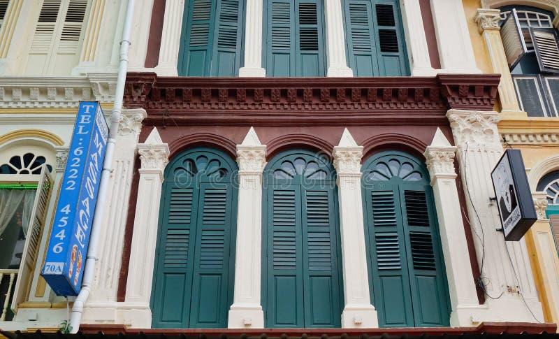 Gamla byggnader som lokaliseras på den huvudsakliga gatan i kineskvarteret, Singapore royaltyfri foto