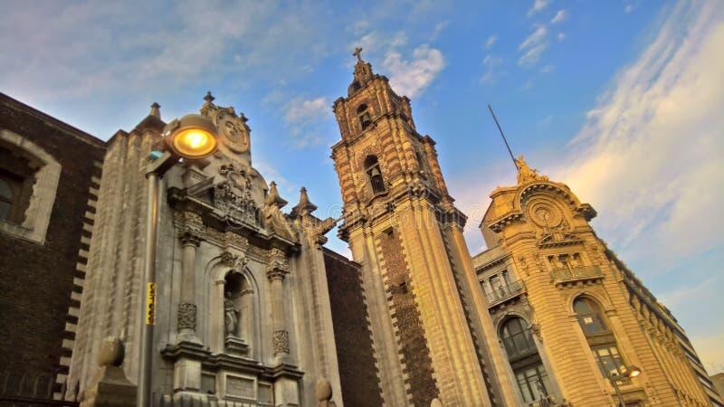 Gamla byggnader under solnedgången arkivfoton