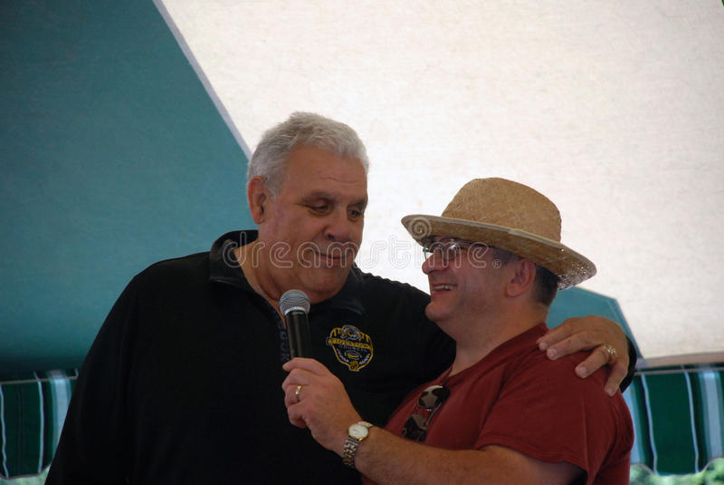 Gamla CFL Hamilton TiCat och pro-brottare Angelo Mosca royaltyfri bild