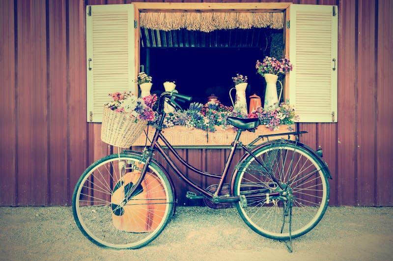 Gamla cykel och blommor i tappningstil fotografering för bildbyråer