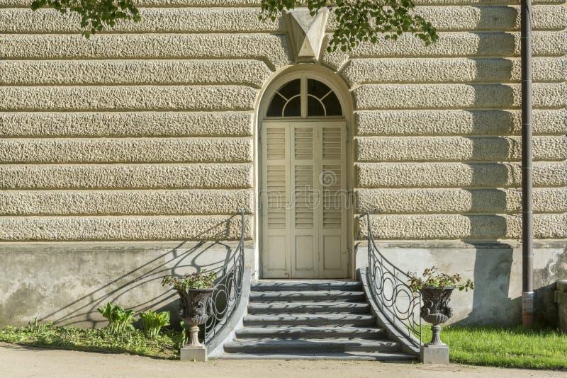 Gamla dörrar i den Lancut slotten arkivfoton