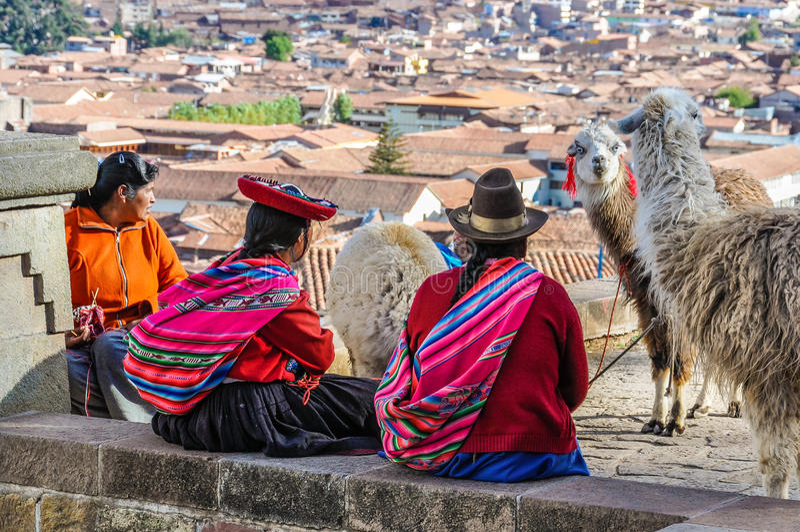 Gamla damer med lamor i Cusco, Peru royaltyfri bild