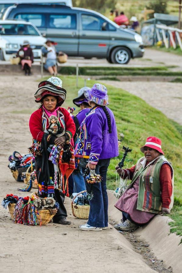 Gamla damer som säljer kulturföremål i Cusco, Peru royaltyfria bilder