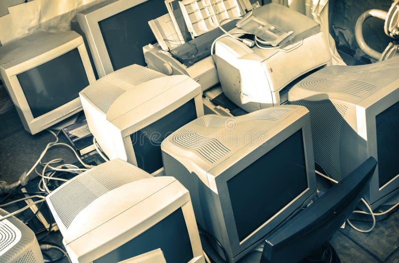 Gamla datorbildskärmar arkivbild