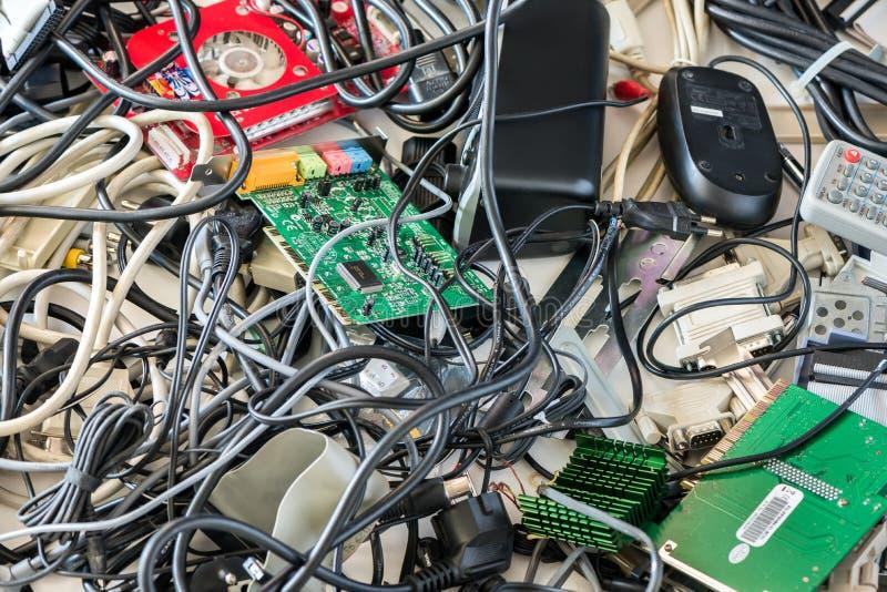 Gamla datorkablar och apparater arkivfoton