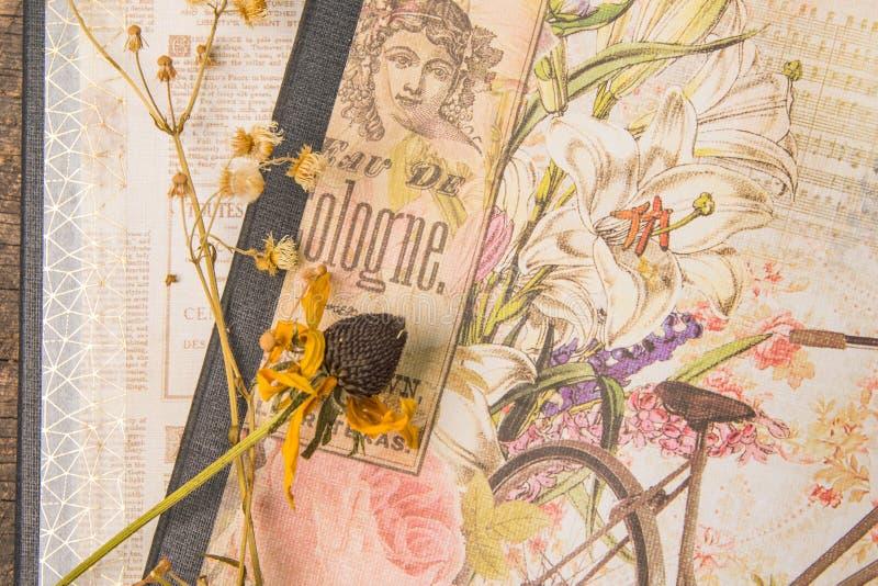 Gamla dekorerade huvudböcker med torkade blommor arkivbilder