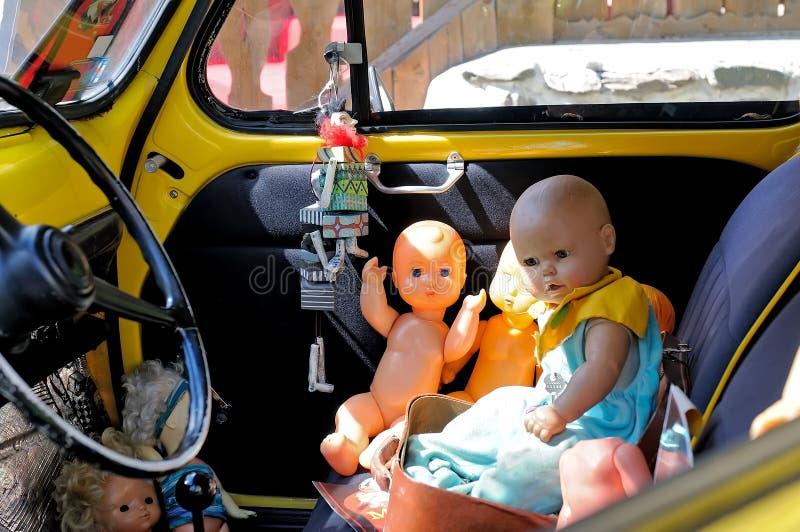 Gamla dockor för barn` s in inom av bilen fotografering för bildbyråer
