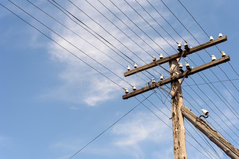 Gamla elektricitetskraftledningar och isolatorer royaltyfria foton