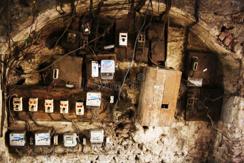 Gamla elektricitetsströmbrytareaskar i Wadas av Pune, Indien royaltyfria bilder