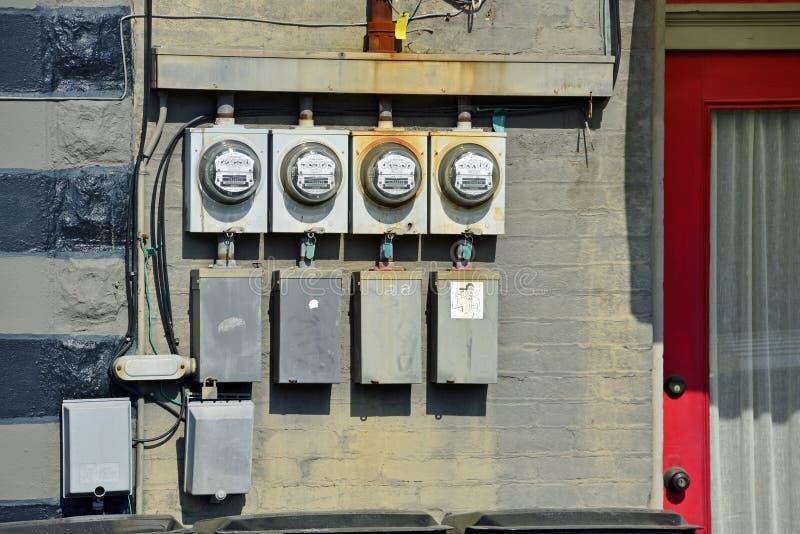Gamla elektriska meter utvändig byggnad royaltyfri fotografi