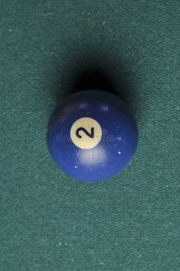 Gamla färg för nummer 2 för billiardboll blå på den gröna billiardtabellen, kopieringsutrymme royaltyfri fotografi