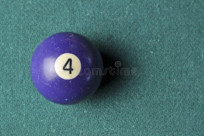 Gamla färg för nummer 4 för billiardboll purpurfärgad på den gröna billiardtabellen, kopieringsutrymme royaltyfri bild