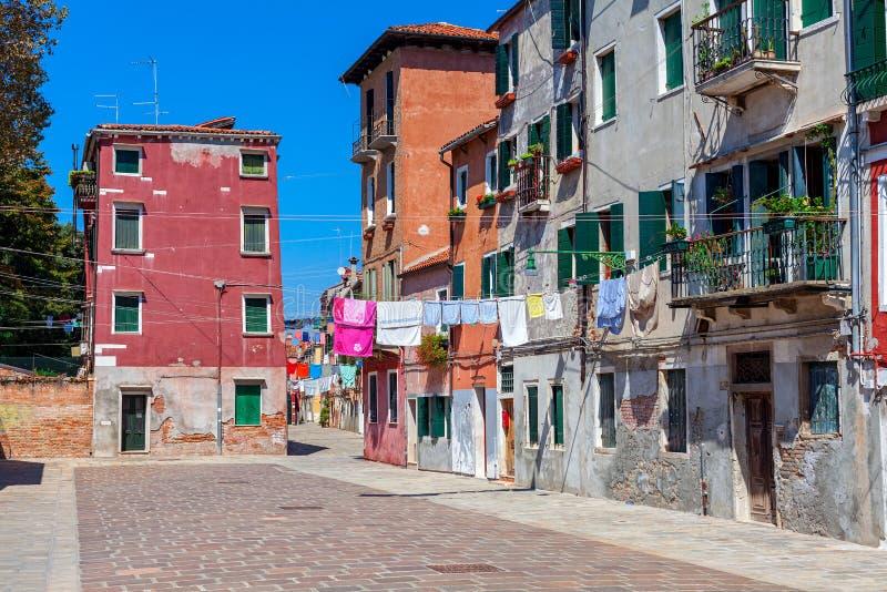 Gamla färgrika hus och liten gata i venice royaltyfri foto