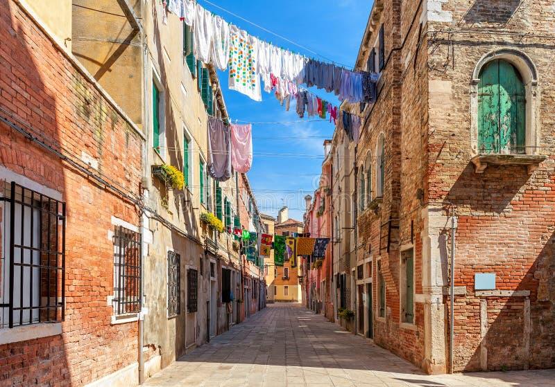 Gamla färgrika hus och liten gata i venice arkivfoton