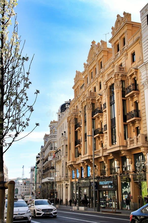 Gamla färgrika och tappningfasader i den Gran Via gatan i Madrid arkivbild