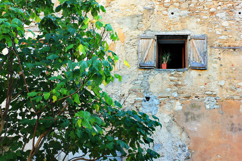 Gamla fönster i Frankrike arkivbilder
