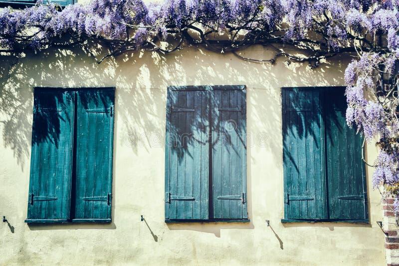 Gamla fönster med blåa slutare. royaltyfri bild