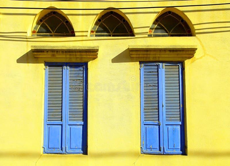 Gamla fönster med blåa slutare i stenväggen, Jaffa, Tel Aviv fotografering för bildbyråer