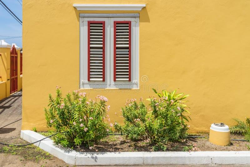 Gamla fönsterOtrobanda Curacao sikter fotografering för bildbyråer