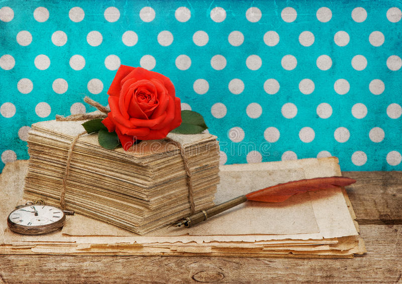Gamla förälskelsebokstäver och vykort med rosa färgrosen blommar royaltyfria bilder