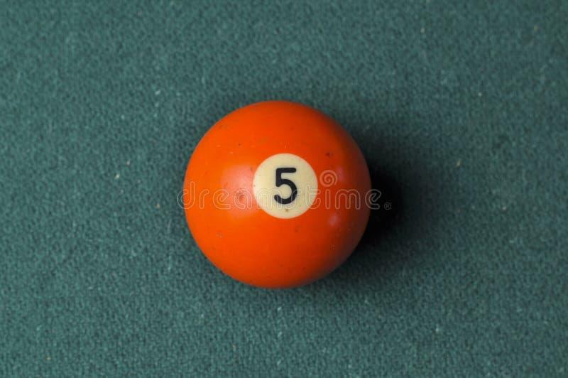 Gamla f?rg f?r nummer 5 f?r billiardboll orange p? den gr?na billiardtabellen, kopieringsutrymme royaltyfri foto