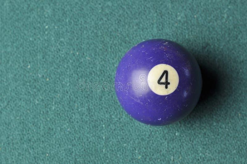 Gamla f?rg f?r nummer 4 f?r billiardboll purpurf?rgad p? den gr?na billiardtabellen, kopieringsutrymme royaltyfri bild