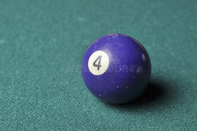 Gamla f?rg f?r nummer 4 f?r billiardboll purpurf?rgad p? den gr?na billiardtabellen, kopieringsutrymme royaltyfria foton