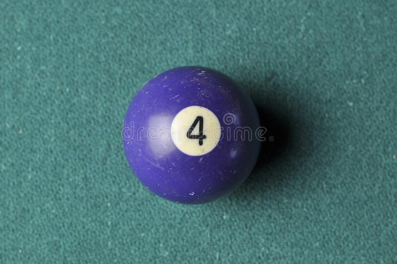 Gamla f?rg f?r nummer 4 f?r billiardboll purpurf?rgad p? den gr?na billiardtabellen, kopieringsutrymme royaltyfria bilder