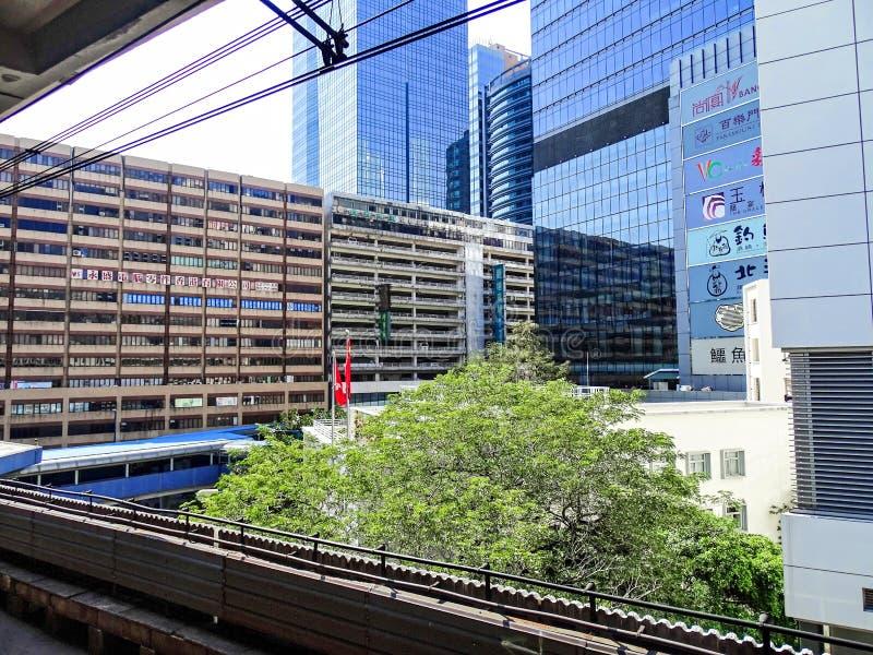 Gamla fabriks- och lagerbyggnader och nya bostads- byggnader för kontor och i det Kwun tångområdet i Hong Kong arkivfoton