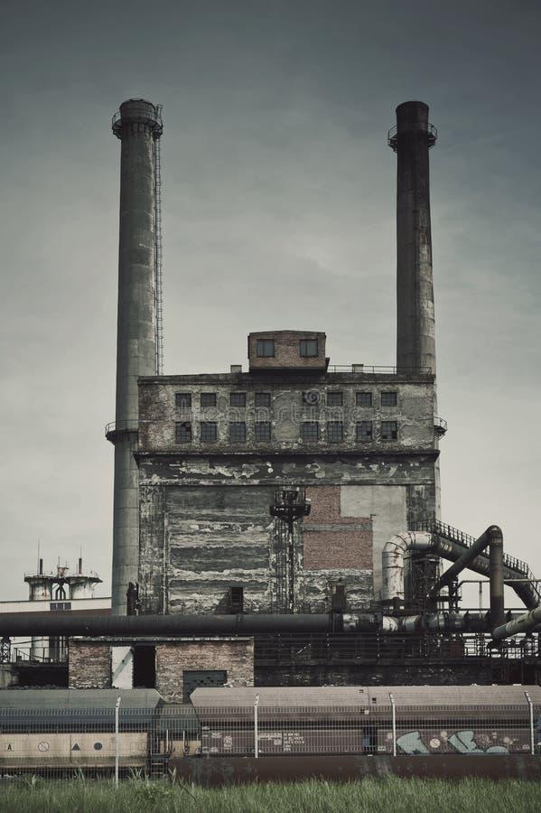 Gamla fabriksjärnverk och lampglas royaltyfria bilder