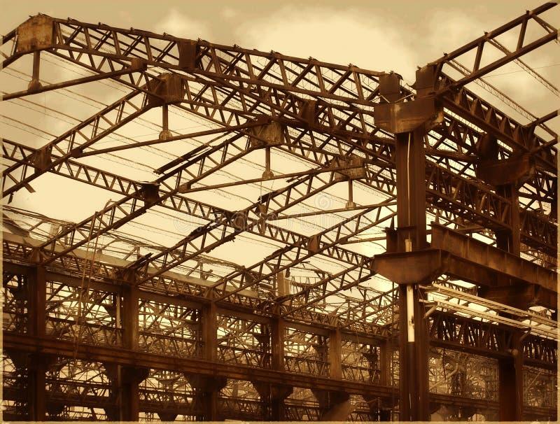 Gamla fabrikskorridorer i förfall royaltyfria bilder