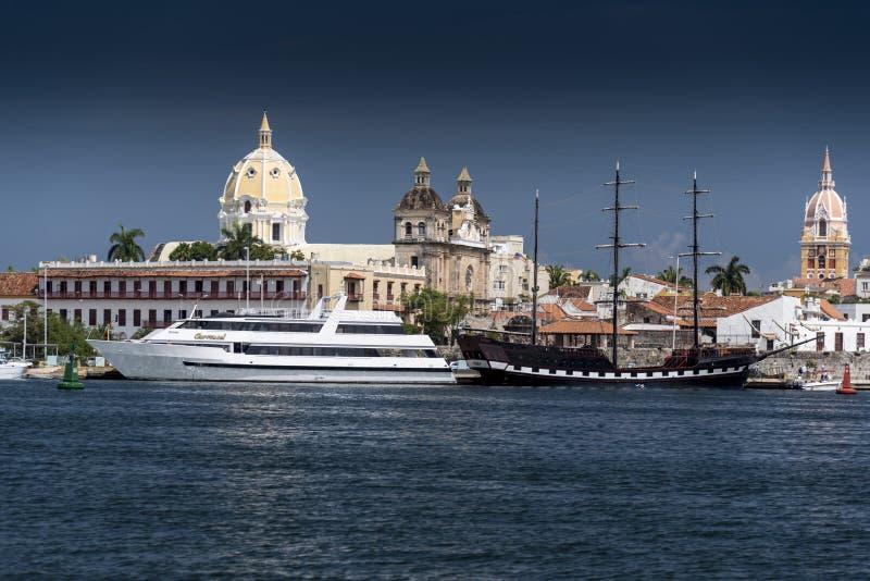 Gamla fartyg Cartagena, Colombia för stadhorisont- och ferietur arkivbilder