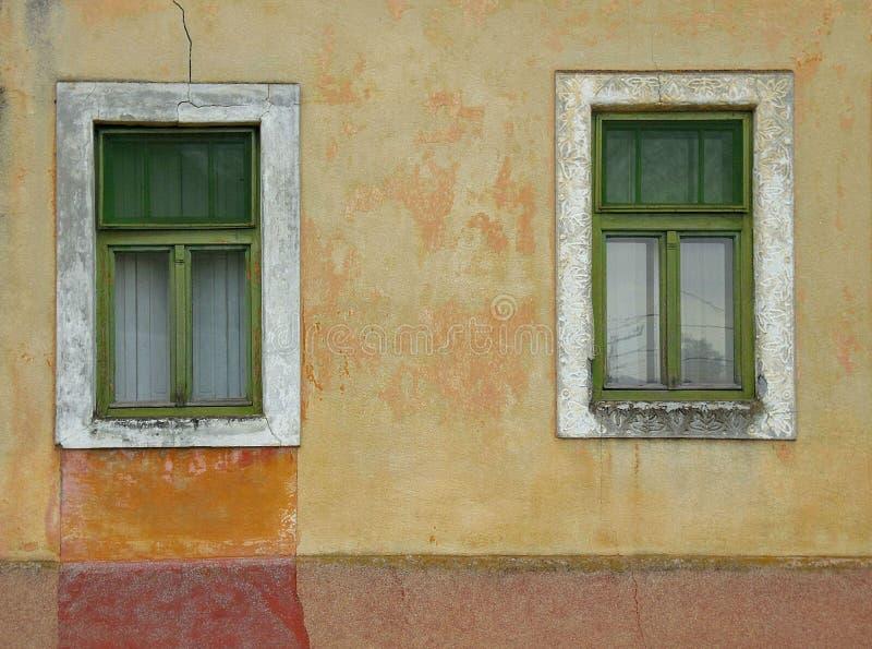 Gamla fasad och fönster royaltyfria bilder