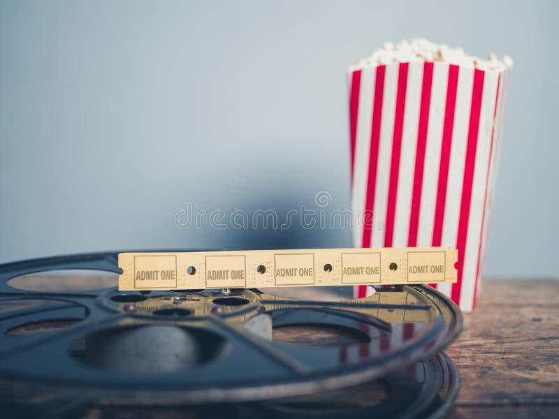 Gamla filmrulle, popcorn och biljetter arkivfoton