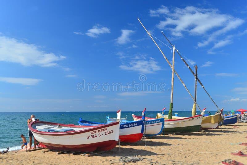 Gamla fishboats på stranden royaltyfri fotografi