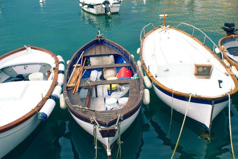 Gamla fiskebåtar i hamn arkivbild