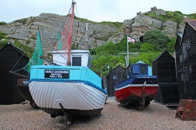 Gamla fiskebåtar i museum för Hastings fiskare` s på Vagga-en-Nore, Hastings, östliga Sussex, England royaltyfri foto