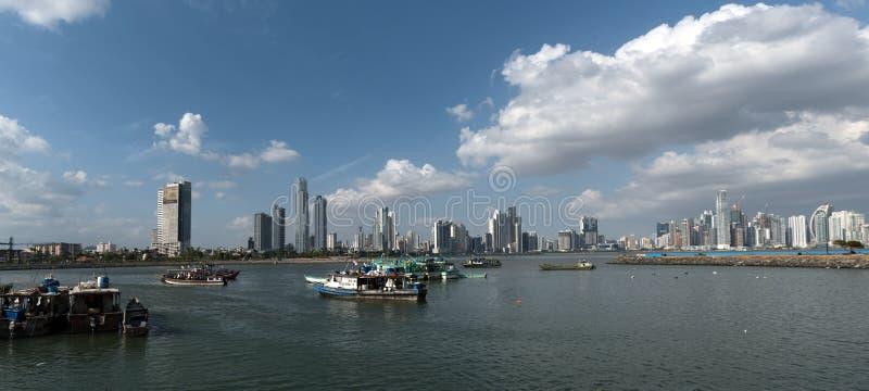 Gamla fiskebåtar nära fiskmarknad i Panama City med horisontbakgrund royaltyfri foto