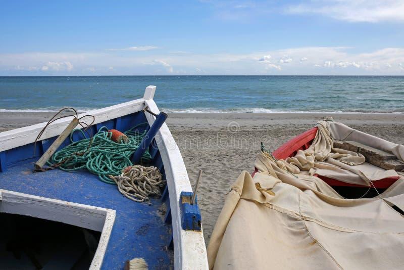 Gamla fiskebåtar på den tomma stranden royaltyfria foton