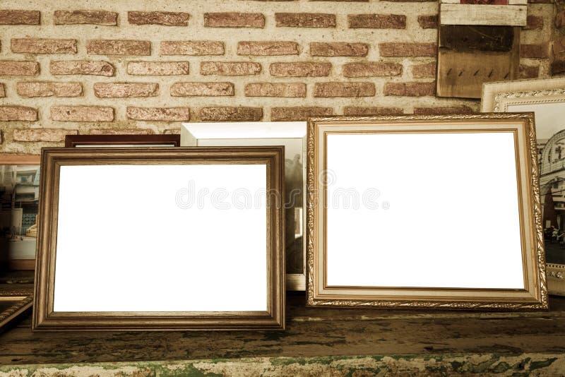 gamla fotoramar på trätabellen fotografering för bildbyråer