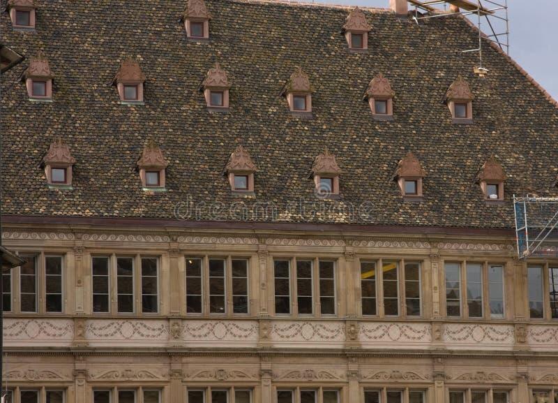 Gamla Frankrike för takfönsterstrasbough reparationer royaltyfri fotografi
