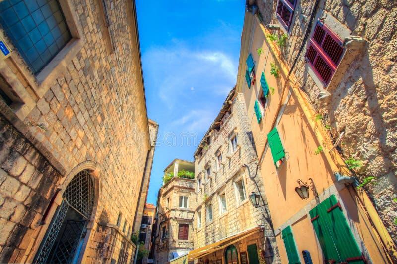 Gamla gator av Kotor Kotor är en stad i Montenegro arkivfoton