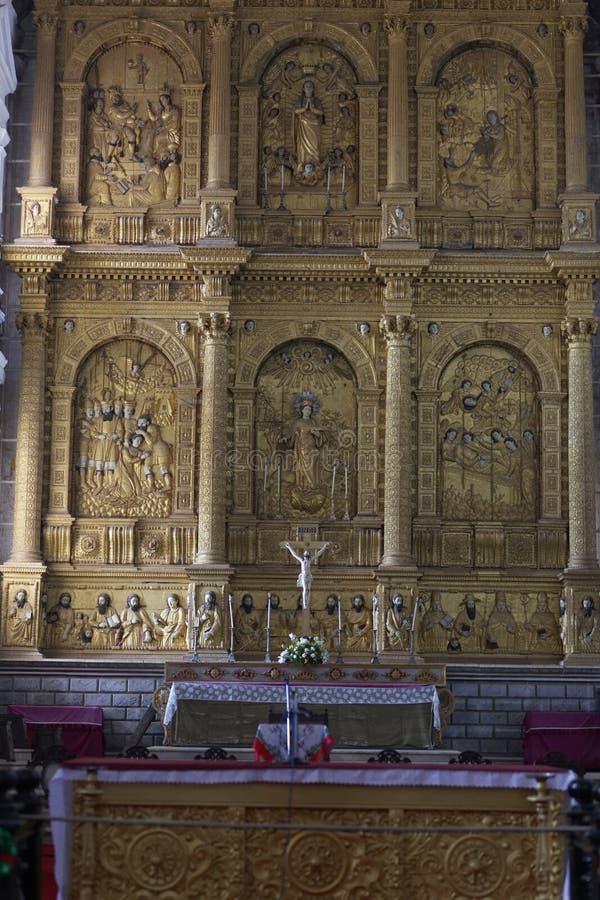 GAMLA GOA, INDIEN - Januari 6, 2012: Inre av St Catherine Cathedral - altare St Catherine Cathedral (1640) royaltyfri fotografi